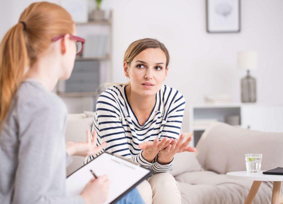 Mujer-en-el-psicólogo